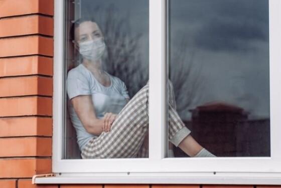 donna dietro finestra